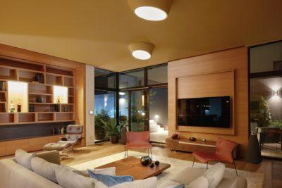 Noční záběr na obývací pokoj